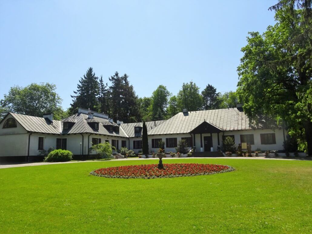 Reymontówka is a beautiful and comfortable 200-year-old restored manor house in Siedlce county.